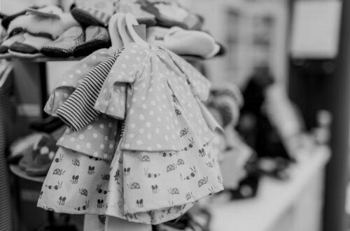 Die richtige Kleidergröße für Babys